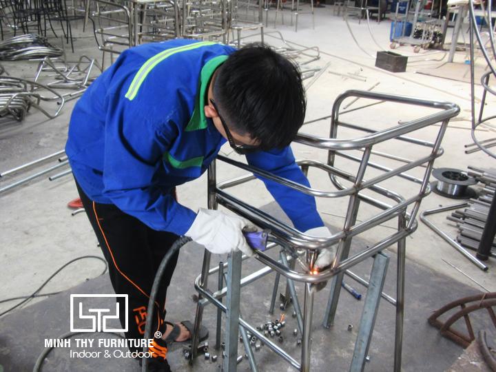 Ra mẫu ghế quầy bar inox ngoài trời tại xưởng cơ khí Minh Thy Furniture