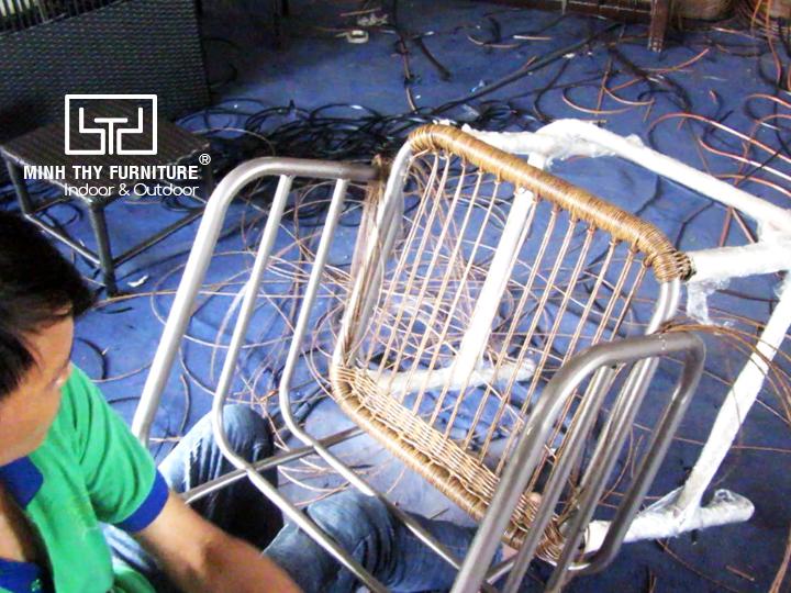 Khám phá cách đan ghế quầy bar mây nhựa tại xưởng đan mẫu Minh Thy Furniture