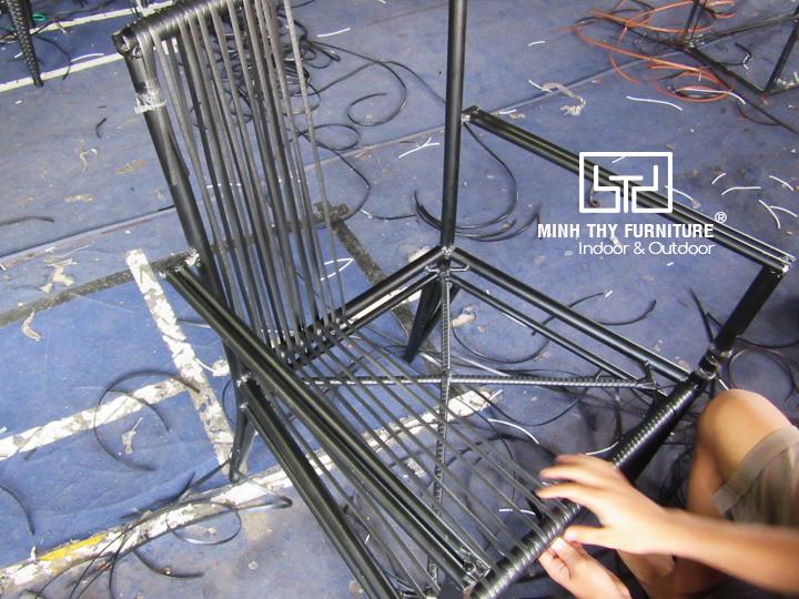 Cận cảnh công việc đan thủ công ghế mây nhựa ngoài trời tại xưởng sản xuất Minh Thy Furniture