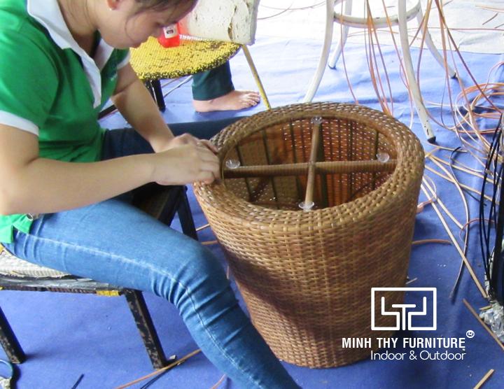 Những ngón tay điêu luyện của người thợ thủ công khi đan bàn ghế nhựa giả mây cao cấp