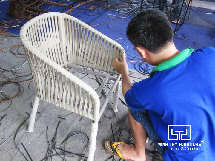 Xemcách nghệ nhânđan ghế cafe mây nhựa tại xưởng Nội thất Minh Thy