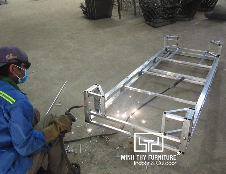 Sản xuất giường nằm hồ bơi khung nhôm cho dự án ven biển